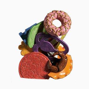 Escultura Happy Meal colorida de cerámica de Tessa Eastman