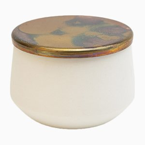 Recipiente artesanal de porcelana con tapa de cobre de Anna Diekmann