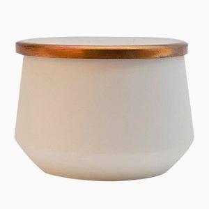 Vaso in porcellana lavorata a mano con coperchio in rame di Anna Diekmann