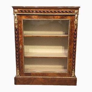 Mueble antiguo de madera nudosa de nogal