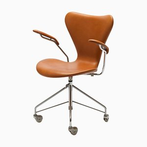 Sedia girevole nr. 3217 Mid-Century in pelle color cognac di Arne Jacobsen per Fritz Hansen