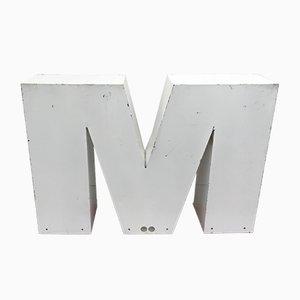 Letra M grande de metal, años 70