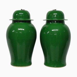 Jarrones chinos esmaltados en verde esmeralda, años 60. Juego de 2