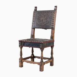 Antiker portugiesischer Beistellstuhl aus Leder & Nussholz