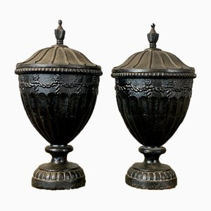 Urnas inglesas de hierro fundido con tapas, años 40. Juego de 2