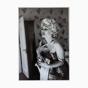 Fotografia Marilyn Monroe Gets Ready to Go Out Numbered di Ed Feingersh, 1955