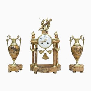 Juego de reloj francés Luis XVI de mármol de Siena y bronce dorado. Juego de 3