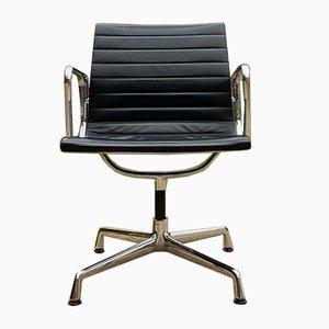 Sedia girevole EA 108 Mid-Century in pelle di Charles & Ray Eames per Vitra