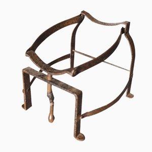 Cuna antigua hecha de un barril de hierro