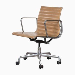 Sedia da scrivania EA335 in pelle color cognac di Charles & Ray Eames per Herman Miller, anni '80
