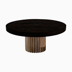 Mesa de comedor con pedestal Doris redonda de madera recuperada de roble y bronce fundido de Fred & Juul