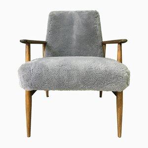 Grauer Mid-Century Sessel mit Bezug aus Schafsfell