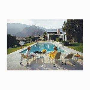Impresión Gossip junto a la piscina de Slim Aarons de Galerie Prints