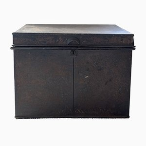 Caja antigua grande en negro de metal, década de 1900