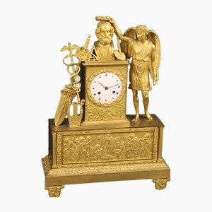 Goldene antike Uhr