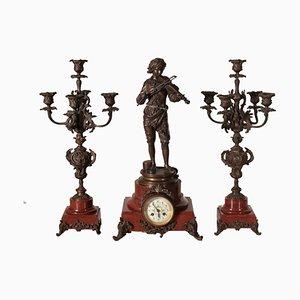 Reloj escultural antiguo de bronce y mármol con candelabro. Juego de 3