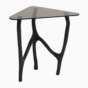 Mesa auxiliar alta de roble y vidrio negro de Robin Berrewaerts