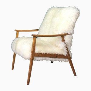 Vintage Sessel mit weißem Schafsfellbezug