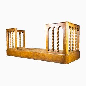 Podio antico in legno marrone