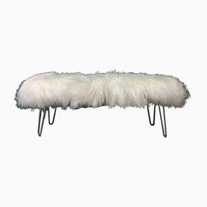 Flauschige Bank mit Bezug aus weißem Schaffell & Hairpin-Beinen von Area Design Ltd