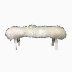 Banco de piel de oveja peludo en blanco de Area Design Ltd