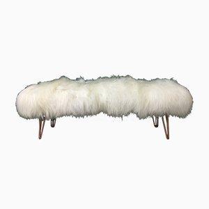 Flauschige Bank mit Bezug aus weißem Schaffell & Hairpin-Beinen aus Kupfer von Area Design Ltd
