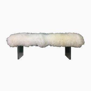Flauschige Bank mit Bezug aus weißem Schaffell von Area Design Ltd