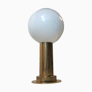 Lámpara de mesa escandinava vintage de vidrio opalino y latón, años 60