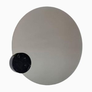 Espejo Moon de mármol de Sebastian Scherer