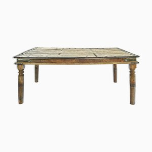 Mesa de comedor de madera tallada y tachonada, años 40