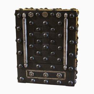 Caja fuerte francesa antigua de hierro forjado tachonado