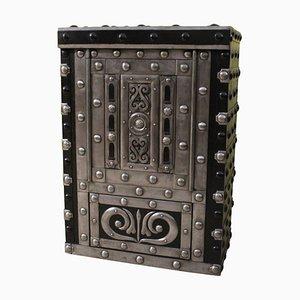 Caja fuerte italiana antigua de hierro forjado tachonado
