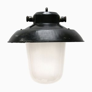 Schwarz emaillierte industrielle Mid-Century Hängelampe aus Milchglas
