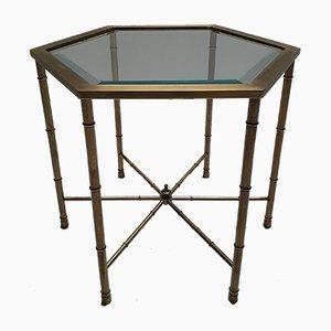 Mesa auxiliar hexagonal de latón, vidrio y bambú de imitación de Mastercraft, años 70