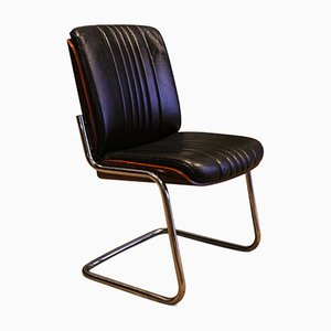 Sedia cantilever in pelle nera, legno curvato e metallo cromato di Gordon Russell, anni '50