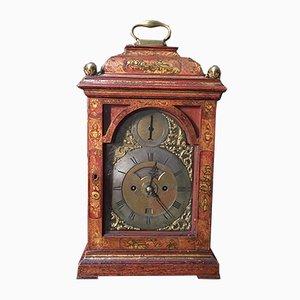 Rot lackierte englische Uhr mit Details aus Bronze, 18. Jh.