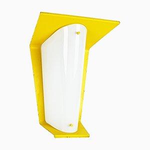 Italienische Mid-Century Wandlampe aus gelbem Metall & Opalglas