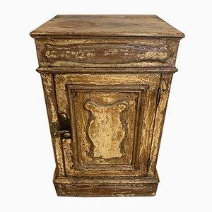Antiker französischer Schrank mit Anstrich
