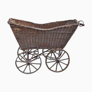 Antiker dekorativer Kinderwagen aus Korbgeflecht