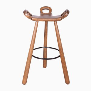 The oakhas been cleaned and painted in a walnut mordant and polished with a lacquer, The leg ring has been cleaned and powder coated in black
