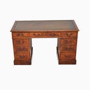 Escritorio victoriano antiguo de madera nudosa de nogal