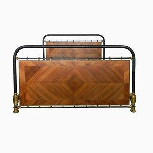Cama francesa antigua de latón, hierro y paneles de madera