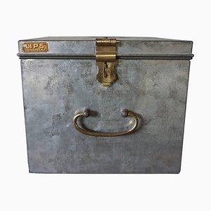 Caja fuerte industrial vintage con detalles de latón