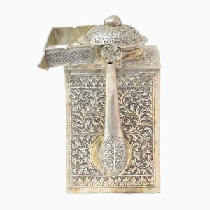 Tetera antigua asiática de plata grabada