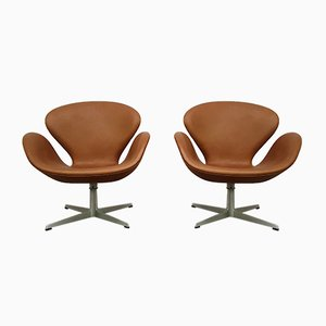 Cognac Aniline Leather Swan Chairs by Arne Jacobsen for Fritz Hansen, 1966, Set of 2