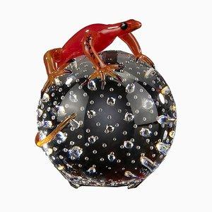 Kugel mit Roter Gecko Skulptur von VGnewtrend