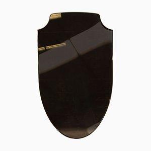 Espejo Aegis con escudo de bronce y latón de Richy Almond para Novocastrian