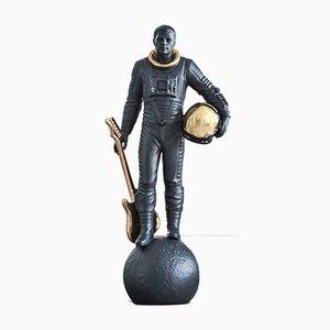 Escultura Walking on the Moon en negro y dorado de Marco Antonio Noguerón