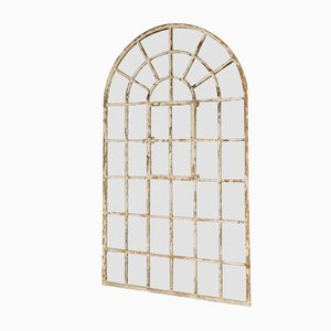 Industrieller Vintage Fensterspiegel mit weißem Bogenrahmen