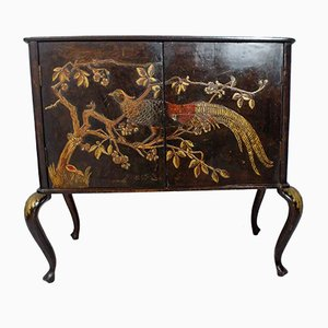 Buffet vintage con decorazioni asiatiche